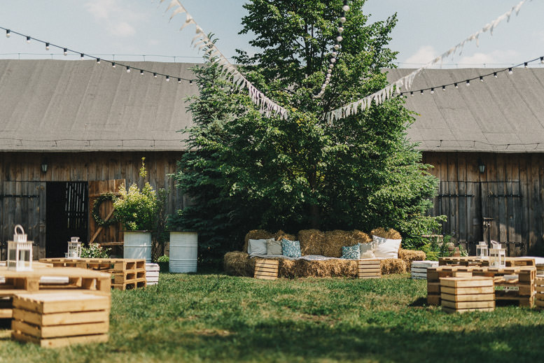 rustykalny slub w stodole