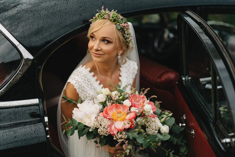 reportaż ślubny - portret z bukietem